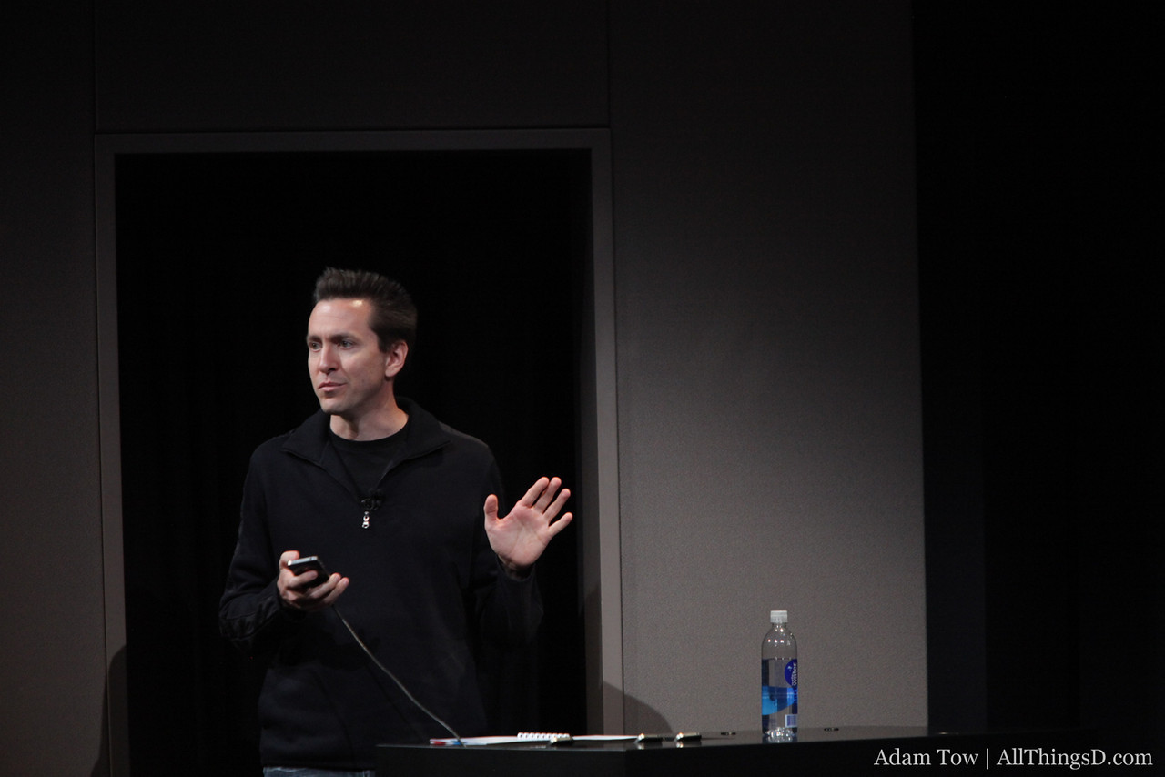 Scott Forstall gives a demo of Siri.