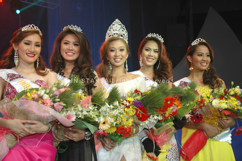 DAVAO. Newly crowned Mutya ng Dabaw Marianne Mae Te (center) and her court, from left: Patnubay ng Dabaw (4th runner-up) Jazzelle Therese Gomez; Sinag ng Dabaw (2nd runner-up) Jhoanna Myles Te; Diwa ng Dabaw (1st runner-up) Dorothy Maruel Ibañez, and Pagasa ng Dabaw (3rd runner-up) Maria Theresa Tan. At left, Mayor Sara Duterte-Carpio crowns the new Mutya during the coronation night on March 14 at Davao City Recreation Center. (King Rodriguez)