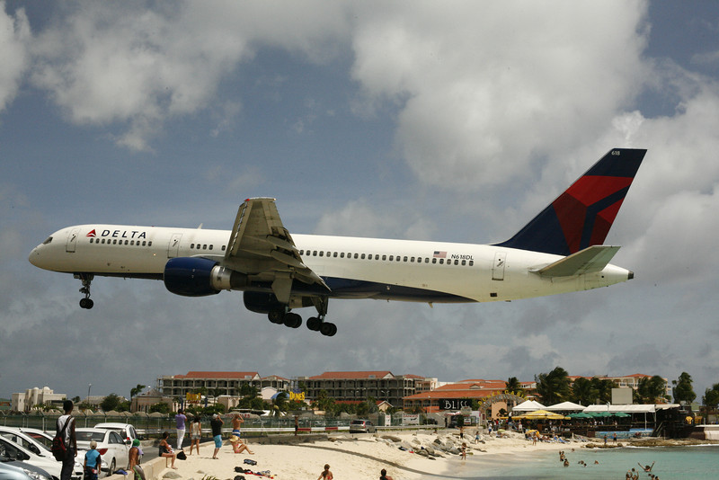 Delta Boeing 757 over Maho Beach on arrival at SXM.