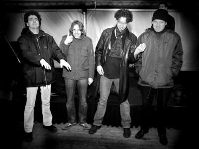 Enkele zwaar teleurgestelde leden van de band Support Act na het aflasten van de feestavond.