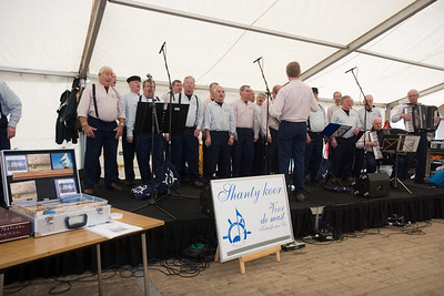 NK Veldloop voor Gemeenteambtenaren 2008. In de feesttent op het sportpark is het de hele dag gezellig druk.
