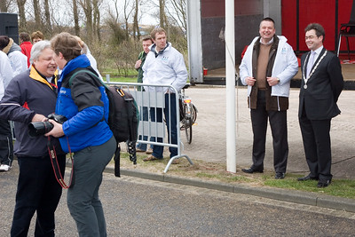NK Veldloop voor Gemeenteambtenaren 2008. De startlocatie van alle afstanden. Burgemeester Wienen en voorzitter van de stichting veldloop Katwijk Michel Melis kijken toe.