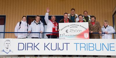 NK Veldloop voor Gemeenteambtenaren 2008. Het kernteam van de stichting met enkele vertegenwoordigers van de Dirk Kuijt Foundation op de Dirk Kuijt tribune van voetbalvereniging Quick Boys.