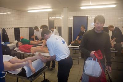 NK Veldloop voor Gemeenteambtenaren 2008. In en om sportcomplex Nieuw Zuid. De masseurs aan het werk.