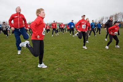NK Veldloop voor Gemeenteambtenaren 2008. In en om sportcomplex Nieuw Zuid. De warming-up voor de start van de 6 km loop.