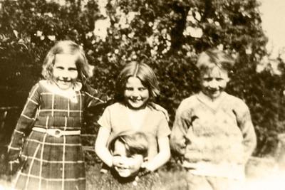 """""""Rosalie - Anna (vaders zuster) - Jozef, onderaan Gaston (moeders broer)""""... Ze kenden elkaar toen al, maar het was gelijk kat en hond..."""