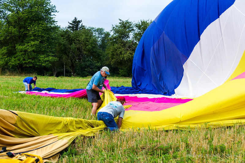 Squeze the air out of the balloon.