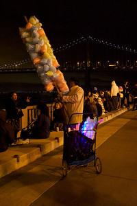 Street vendor selling goods before the lighting ceremony ref: 4e8cfd66-e90c-4a88-9264-0c518eb10476