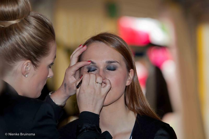 Voorbereiding voor het avondprogramma van Beautysalon Marijke Hardegarijp op 17 mei 2013