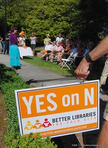 Palo Alto author Firoozeh Dumas addresses library supporters.