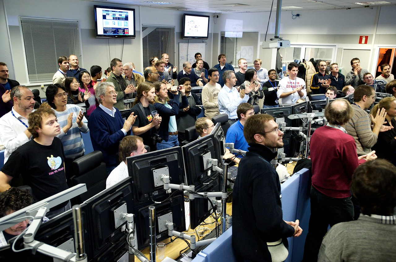 Applause in the ALICE control room at the end of the first collision run.