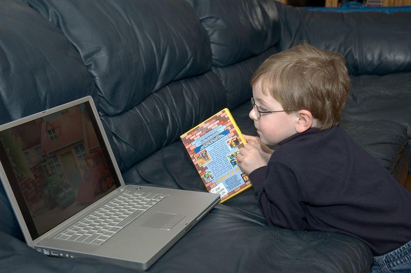 <b>Ian watches a video</b>   (Nov 26, 2004, 04:10pm)