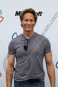 PACIFIC PALISADES, CA - APRIL 22:  Actor Steven Weber arrives at The Children Mending Hearts 4th annual spring benefit on April 22, 2012 in Pacific Palisades, California.  (Photo by Chelsea Lauren/Getty Images)