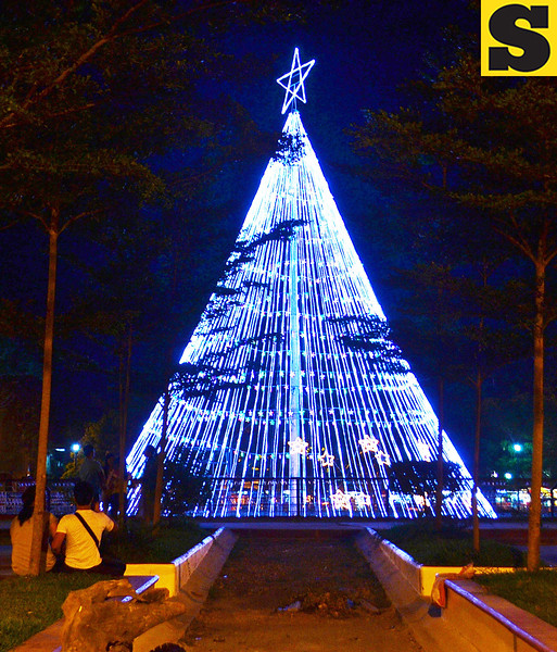 CAGAYAN DE ORO. As we celebrate the Yuletide season, the Gaston Park here dazzles at night with its giant Christmas tree standing at the middle where the fountain used to be. (Lenesse Marie P. Libres)