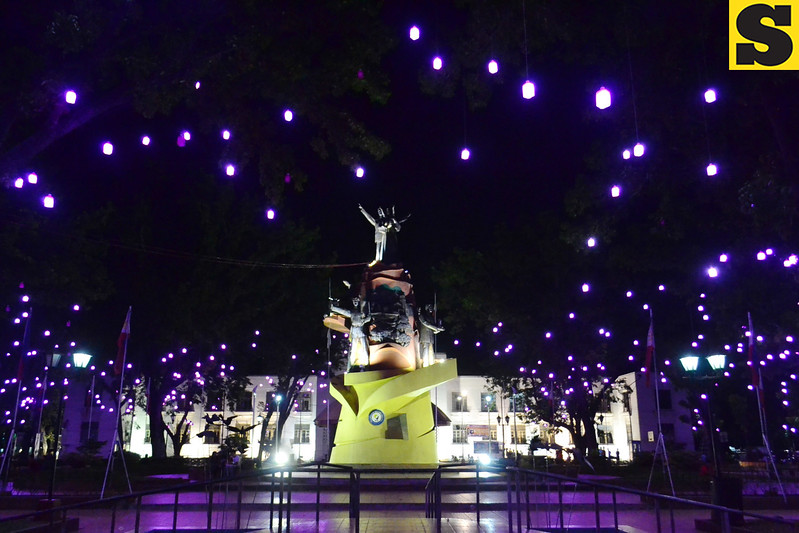 CAGAYAN DE ORO. Vicente de Lara Park attracts Kagay-anons and tourists with its purple lights scattered around the Heritage Monument. (Photo by Lenesse Marie P. Libres of Sun.Star Cagayan de Oro)