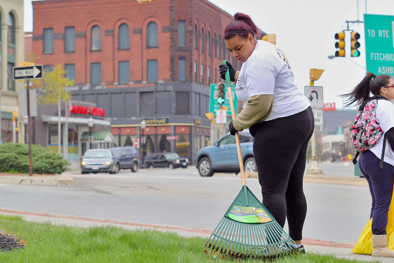 Twin City Community Development Corporation along with Fitchburg Pride, the City and Fitchburg High School where out on Friday morning helping to clean up Main Street in Fitchburg.  Doing her part to help cleanup the city is FHS freshman Ke Mari Merril, 15. SENTINEL & ENTERPRISE/JOHN LOVE
