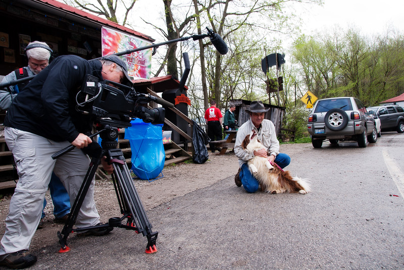 "Mayor Lucy Lou greets Dave Shuffett of Kentucky Life ""Dave Does It"" show during the KET filming of the Commonwealth Cleanup in Rabbit Hash."