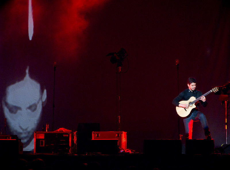 Rodrigo performs with Gabriela's image projected on the background.