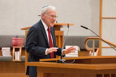 Moderator Larry Sidman offers opening remarks -- Ron Dermer, Israeli Ambassador to the United States spoke at Congregation Beth El (Bethesda, MD) on October 17, 2017.
