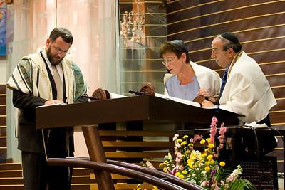 Susan Levine reads from the new Torah -- Siyum HaTorah -- Beth El's Project 613: Writing a Torah