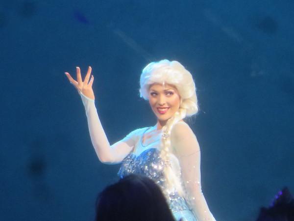 WATCH: Kristen Bell, Josh Gad surprise performances at #D23EXPO for 'Frozen FANdemonium'