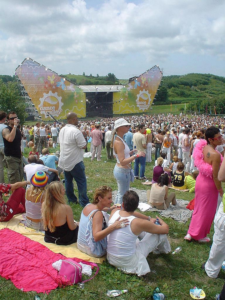 Main stage, people enjoying the day, the music and the sun