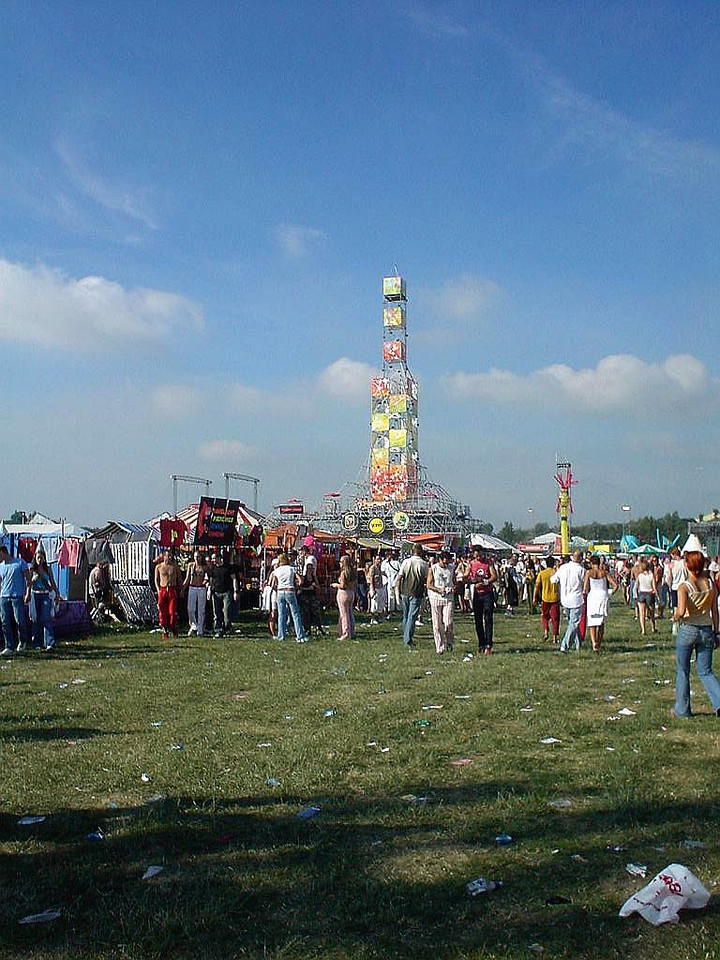 VIP Area and Members club with their own chill platform in the centerr of the festival