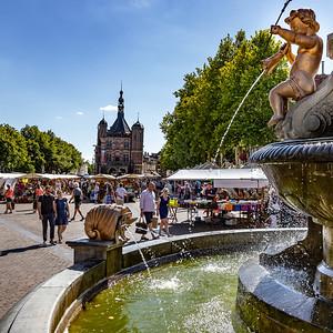 De Brink met De Waag en fontein