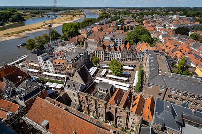 Uitzicht vanaf de Lebuïnustoren op Nieuwe Markt en IJssel