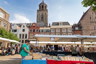 Ook boekenkramen op plein Nieuwe Markt