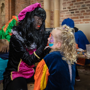 Zwarte Piet schminkt kinderen