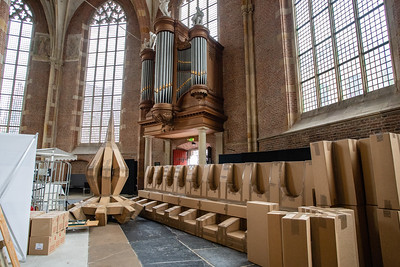 Geplakte dozen wachten in de kerk