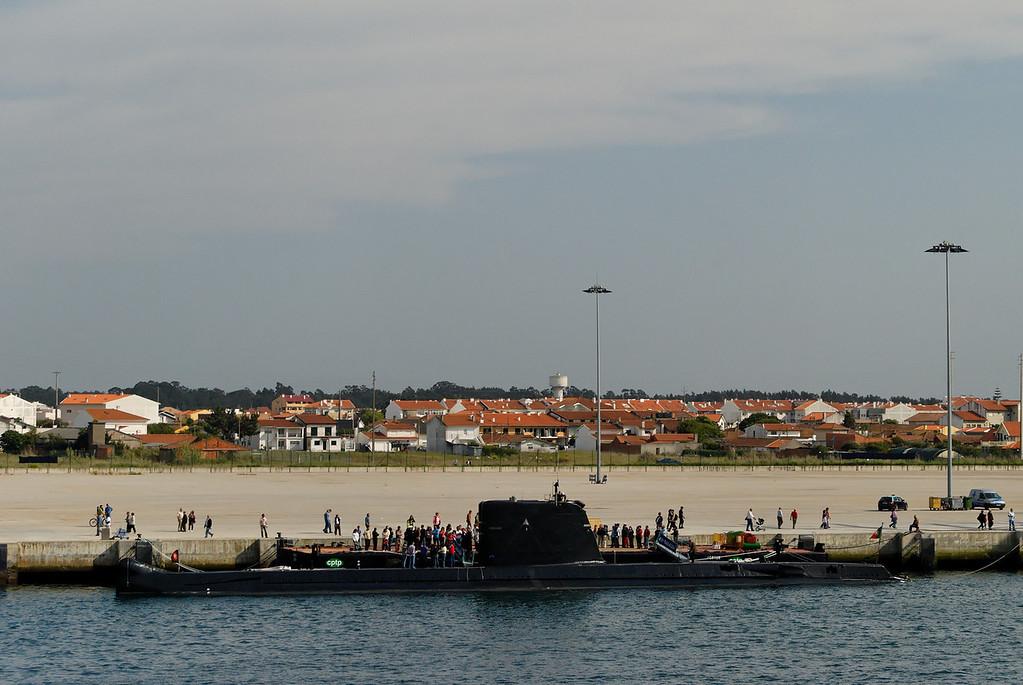 """O N.R.P. """"Barracuda"""" é o segundo submarino da classe """"Albacora"""", que foi encomendada em 1964 ao estaleiro francês """"Ateliers Dubigeon-Normandie"""" em Nantes. <br /> A quilha foi assente em 19 de Outubro de 1965, foi lançado à água em 24 de Abril de 1967, tendo realizado, também em St. Nazaire a sua primeira imersão em 23 de Abril de 1968.  A 9 de Outubro de 1968 foi aumentado aos efectivos da Armada. A 13 de Outubro do mesmo ano entrou pela primeira vez no rio Tejo, rumo ao seu porto de armamento, a Base Naval de Lisboa.<br /> <br /> Durante a sua vida operacional o N.R.P. """"Barracuda"""" cumpriu inúmeras missões, de treino próprio, formação de alunos da Escola de Submarinos e exercícios nacionais e internacionais,  nomeadamente, CONTEX, SWORDFISH, TAPON, JMC e colaborações com a organização de treino operacional da Marinha Real Britânica (FOST).<br /> <br /> Das diversas missões efectuadas, destaca-se o primeiro afundamento realizado por um submarino português a um navio de superfície, o M/V """"Bandim"""", que ocorreu em 15 de Dezembro de 1982, por este navio na ocasião constituir um perigo para a navegação.<br /> <br /> Destacam-se ainda as missões de salvaguarda do espaço marítimo nacional, a participação em exercícios nacionais e NATO; operação """"SHARP-GUARD"""", por ocasião do embargo efectuado pelas forças da NATO aos países da ex-Jugoslávia, em acções de representação nacional, quer ainda em missões especiais enquadradas num novo conceito estratégico.<br /> <br /> Destaca-se também a operação """"Endurance"""" realizada em 1997, pelo NRP BARRACUDA que permaneceu no mar em exercícios durante 31 dias.<br /> <br /> Até Dezembro de 2001 o N.R.P. Barracuda efectuou um total de 38143 horas de navegação, das quais 26962 horas em imersão, tendo percorrido 790545 milhas  (o equivalente a mais de 36 circunavegações à Terra)."""
