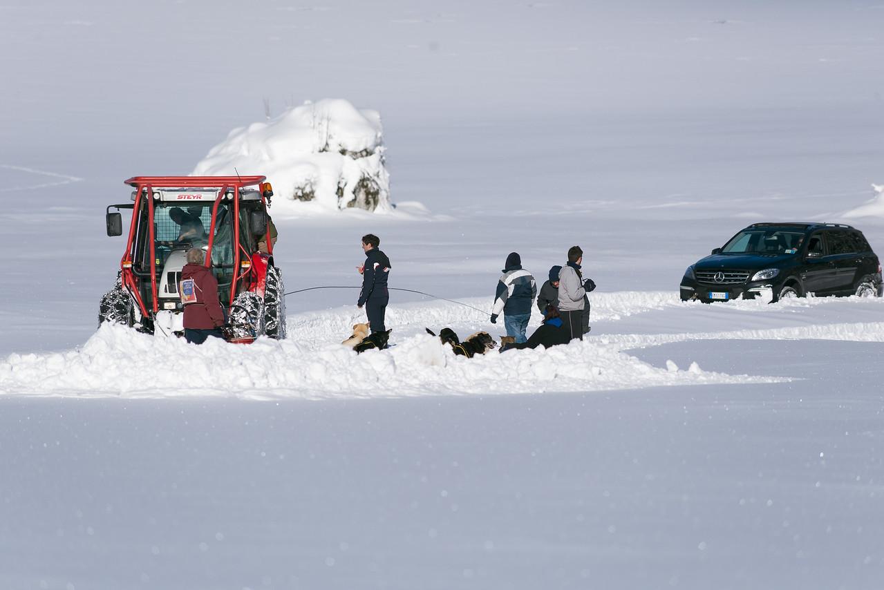 Il trattore ed il cavo che tenta di trascinare la Mercedes che impantanata nella neve era incapace di muoversi.