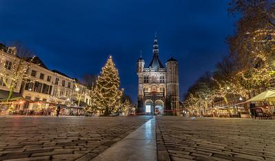 Brink en museum Waag met kerstboom