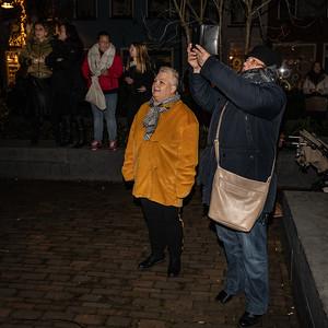 Bezoekers genieten van lichtobject Henry The Moose