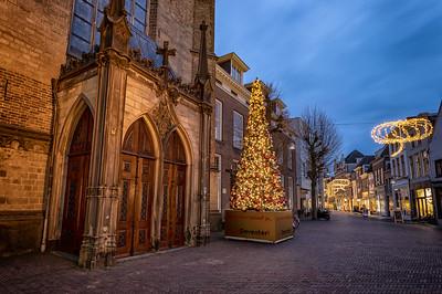 Kerstboom bij de ingang van de Broederenkerk