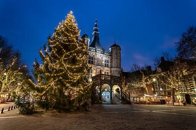 Kerstboom met sfeerverlichting bij De Waag