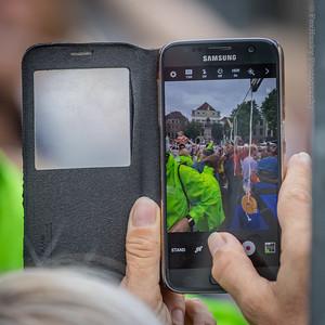 Iemand neemt een kiekje met de mobiel