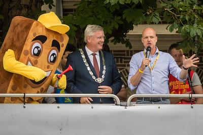 Joekie het Koekie en de burgemeester geven het startsein
