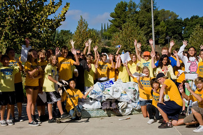 Nadadores swim team volunteers with trash they collected.