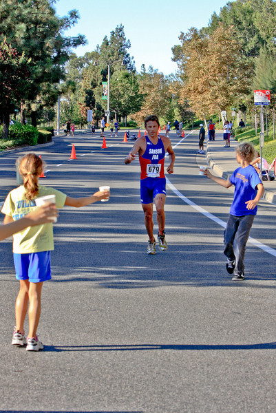 Sanson on the run. Nadadores volunteer at water stations.