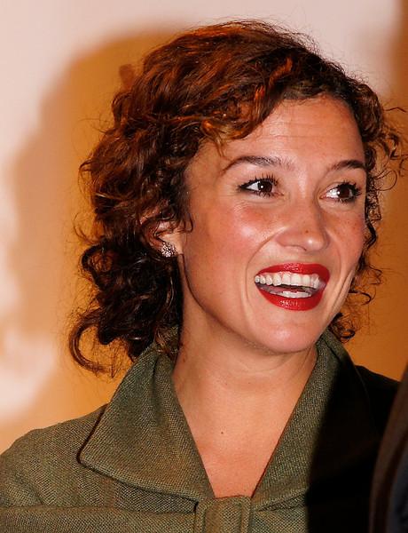 Katja Schuurman, getrouwd met de zoon van Piet Romer. Zij deelt het Gouden Kalf uit voor het Beste Televisiedrama 2011, Vast van Rolf van Eijk tijdens het Gala van het Nederlandse Film Festival 2011.