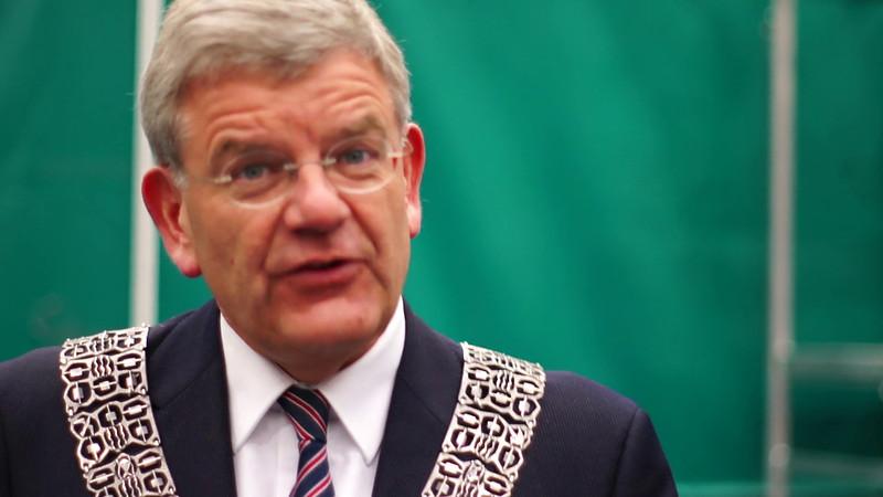 De burgemeester van Amstelveen, de heer Mr J.H.C. van Zanen spreekt de spelers toe.