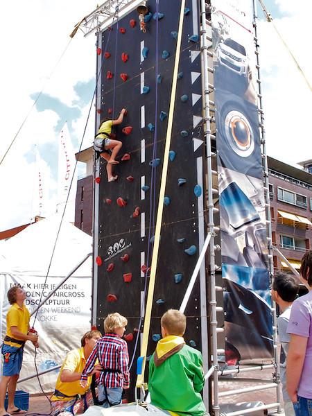 De klimtoren is een groot succes bij de City Beach Tour in Amstelveen