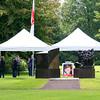 Alles gereed voor de ceremonie waarbij een zeer fraaie brug in het Broersepark in Amstelveen de naam van Majoor Bosshardt van het Leger des Heils krijgt. De linkervlag is die van het Leger des Heils en de rechtervlag die van Amstelveen.