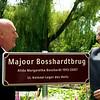 De heer Dijkstra heeft het bord aan de ene kant van de brug geplaatst.