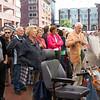 Er waren lang niet genoeg zitplaatsen bij het Stadspleinfestival 2012 omdat het erg druk bezocht werd.