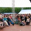 Lang voordat het concert begon met het Metropole Orkest waren alle zitplaatsen al bezet en zaten en stonden er mensen rondom en voor de stoelen.