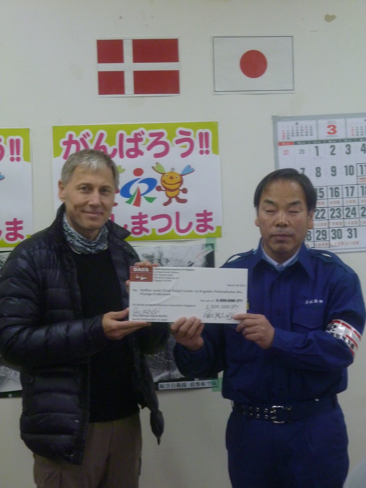 Ambassador Mellbin hands over 1.5mio JPY to the Mayor of Higashi-Matushima Mr. Abe on behalf of the Danish Singapore Business Association. The money will go directly to support a mother and child evacuation centre in one of the worst hit cities in Japan.